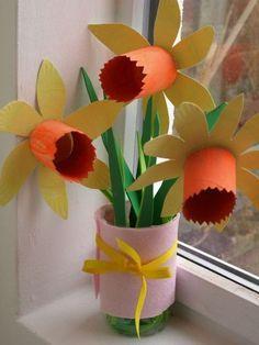 Paper Plate Daffodils Craft from http://Herecomesthegirlsblog.com.