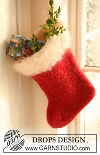 "Santa's Sock - Knitted and felted DROPS Christmas stocking in ""Eskimo"" and ""Puddel"" or ""Alpaca Bouclé"". - Free pattern by DROPS Design Knitted Christmas Stocking Patterns, Felt Stocking, Knitted Christmas Stockings, Christmas Knitting, Knitting Squares, Knitting Patterns Free, Free Pattern, Free Knitting, Crochet Patterns"