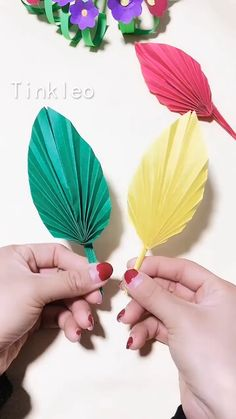DIY Feather-shaped Hand Fan - Who doesn't love simple and delicate crafts? Use color paper to make a unique feather-shaped hand - Diy Crafts Hacks, Diy Crafts For Gifts, Diy Arts And Crafts, Crafts For Kids, Simple Crafts, Instruções Origami, Paper Crafts Origami, Diy Paper, Cardboard Crafts
