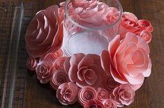 Flores de papel para centro de mesa são lindas e baratas. Este centro de mesa pode decorar a sua sal