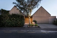 Cedar wood exterior paneling and multiple pitched roofs compose this home in Christchurch, New Zealand. Christchurch House designed by Australian firm Case Ornsby. Architecture Durable, Residential Architecture, Modern Architecture, Transitional Living Rooms, Transitional Decor, Transitional Kitchen, Cabinet D Architecture, Wood Cladding, Street House