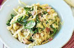 Recept på pasta med spenat, rökt sidfläsk och riven prästost. En klassiker som är svår att tröttna på. Välj gärna mager prästost (17 %).