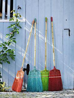 Accessoires, Gartenmöbel und Deko-Ideen für einen sonnigen Tag im Freien.