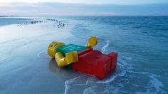 These giant LEGO figurines washing up on beaches all over the world, are offering a stunning view to the walkers. These strange events that occurred between 201