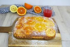 Versa l'impasto sulle fette d'arancia e quando rovesciata la torta, l'effetto è incredibile! INGREDIENTI  arance di diverso colore  zucchero di canna  limone    3 uova  280g zucchero  100ml olio di