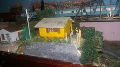 casinha de roça frateschi trens elétricos. Modificada, pintada e envelhecida.