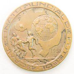 """Medalha de bronze, comemorativa ao """" 4º Campeonato Mundial de Futebol de 1950 """" medindo 6 cm de diâmetro, no estojo."""