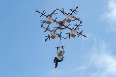 Es gibt tatsächlich Drohnen, die ganze Menschen in die Lüfte heben können, so wie die Hochleistungs-Drohne der lettischen Firma Aerones.…