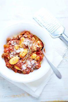 Gnocchis à la viande hachée et à la tomate - Une délicieuse recette qui plaira aux petits comme aux grands gourmands ! Parfait pour changer des habituelles spaghetti bolognaise...