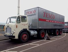 After many liveries in preservation, this lorry is now representing the lorries used by Tesco in the late and is part of the late William Hunter / Huntapac collection. HCVS London to Brighton Run 2015 Cool Trucks, Big Trucks, Old Lorries, Commercial Vehicle, Vintage Trucks, Classic Trucks, Semi Trucks, The Good Old Days, Old Cars