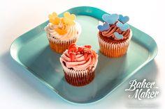 Ассорти из капкейков шоколадный крем на шоколадном кексе, малиновый крем на ванильный кексе и ванильный крем на морковном кексе