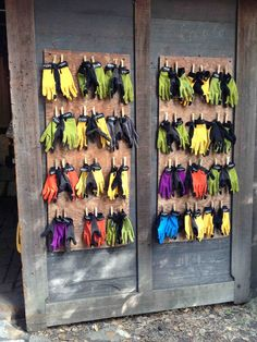 and clever ways for organize your gardening supplies! How to organize children's garden gloves at the Edible Schoolyard in Berkeley, CA.:How to organize children's garden gloves at the Edible Schoolyard in Berkeley, CA. Eco Garden, Home Vegetable Garden, Garden Club, Edible Garden, Preschool Garden, Sensory Garden, Outdoor Classroom, Outdoor School, Gardening Supplies