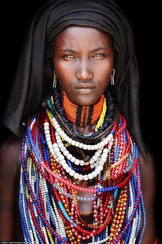 Le donne arbore si coprono la testa con un velo nero - Dago fotogallery