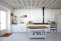 Cómo hacer tu cocina más espaciosa  Cierto es que la gran parte de familias en España no disfrutan de un espacio culinario grande en casa. Cocinas estrechas, en 'L', sin luz natural y diminutas en muchos casos, son las cocinas en las que se preparan diariamente en nuestro país millones de comidas.  http://www.inmonova.com/blog/como-hacer-tu-cocina-mas-espaciosa/