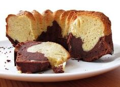 Ciambellone cacao e yogurt Marble Bundt Cake Recipe, Bundt Cake Pan, Marble Cake, Greek Sweets, Greek Desserts, Greek Recipes, Baking Recipes, Cake Recipes, Dessert Recipes