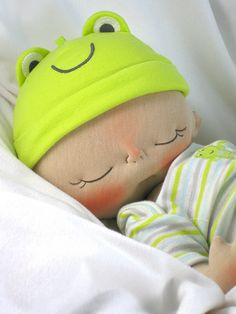 Muñeca de tela bebé con gorro de ranita
