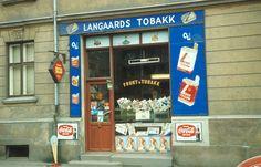 Butikklokale med reklame for tobakk. Broadway Shows