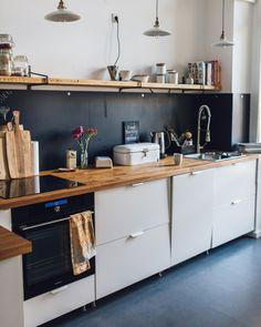 leoniecarolin_'s Lieblingsdinge - Diese Küche von leoniecarolin_ finden wir super gemütlich und man kann mit so einfachen Mitteln a - Küchen Design, House Design, Interior Design, Kitchen Dining, Kitchen Decor, Kitchen Cupboard, Wooden Kitchen, Design Kitchen, Small Apartment Kitchen