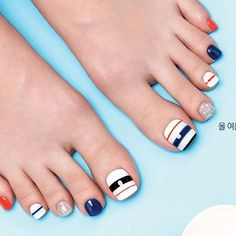 The advantage of the gel is that it allows you to enjoy your French manicure for a long time. There are four different ways to make a French manicure on gel nails. Pedicure Nail Art, Pedicure Designs, Toe Nail Designs, Toe Nail Art, Nail Nail, White Pedicure, Blue Nails, My Nails, Orange Nails