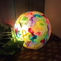 I wonder what it is? Old light fixture maybe with tissue paper? Not in English. Nature Crafts, Home Crafts, Fun Crafts, Diy And Crafts, Paper Crafts, Craft Projects For Kids, Craft Work, Diy For Kids, Old Lights