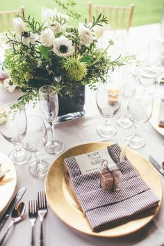 #place-settings, #gold, #napkins, #chargers, #centerpiece  Photography: Anna Delores Photography - www.annadelores.com  Read More: http://www.stylemepretty.com/2014/08/20/elegant-modern-california-ranch-wedding/
