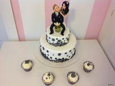 Torta nuziale con cupcake in stile schic Cupcake, Desserts, Food, Tailgate Desserts, Deserts, Cupcakes, Essen, Cupcake Cakes, Postres