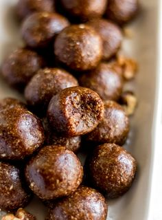 These Raw Vegan Gingerbread Bites can be prepared in minutes and taste just like gingerbread cookie dough! You only need a few simple ingredients to make them. Oil-free, gluten-free, no-bake, naturally sweetened. Healthy Vegan Snacks, Healthy Desserts, Raw Food Recipes, Vegan Meals, Natural Food Recipes, Vegan Sweets, Healthy Recipes, Running Food, Vegan Gingerbread