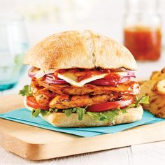 Poulet farci au jambon serrano et fromage Oka - 5 ingredients 15 minutes Grilled Cheese Burger, Grilled Sandwich, Pain Ciabatta, Burger Co, Sauce Barbecue, Brie, Fajitas, Junk Food, Salmon Burgers