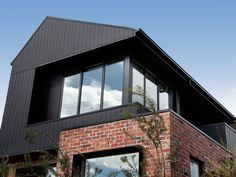 Are brick homes dead? The red brick home many of us grew up in may soon become a thing of the past, new data shows. Brick Cladding, House Cladding, Exterior Cladding, Facade House, House Siding, House Extension Design, House Design, Traditional Brick Home, Modern Brick House