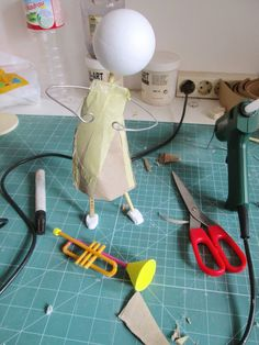 Best 11 A fantastic tutorial in making a papier mache doll, shows where you´ve ususally got problem , arm and feet. Love it Clase magistral paper clay doll – SkillOfKing. Paper Mache Projects, Paper Mache Clay, Paper Mache Sculpture, Paper Mache Crafts, Clay Art, Clay Clay, Art Projects, Clay Dolls, Art Dolls
