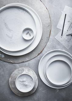 white plates + utensils ++ design