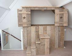 Inbouwbedstee boven trapgat van gebruikt steigerhout