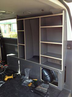 maken en inbouwen Na veel denk en meetwerk is er een meubel inclusief keuken in de bus gekomen. Ik heb er voor gekozen, in tegenstelling tot wat standaard is om het meubel aan de bijrijders zijde v…