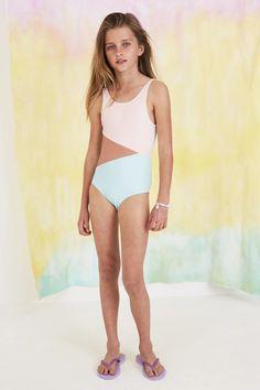 Little Girl Bikini, Little Girl Swimsuits, Bikini Girls, Teen Girl Fashion, Teen Girl Outfits, Kids Outfits, Cute Young Girl, Cute Girls, Mode Für Teenies
