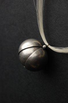 ...Pyl... SLEVA NEMALÁ, PŮVODNÍ CENA 3885,-  Náhrdelník se závěsem ve tvaru pylového zrnka...  Stříbro 925/1000,koňské žíně, epoxid Celková hmotnost: 17,5 g Hmotnost použitého stříbra: 14,5 g Rozměr pylového zrnka: cca28x22 mm Délka po zavěšení:cca 55 cm,kamsi k pupku, v závislosti na velikostipostavy Spojky z Ag a epoxidu Pylové zrno jest vybaveno ...