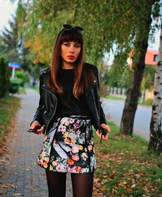 Floral skirt in fall outfit, combined with biker jacket and biker boots: https://jointyicroissanty.blogspot.com/2016/10/floral-skirt-in-autumn.html  #streetstyle #ootd #floralskirt #moda