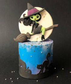 Witch way should I fly . 😂 I found a use for a cake topper I made last year as part of a Halloween collaboration with the fabulous… Bolo Halloween, Pasteles Halloween, Halloween Birthday Cakes, Halloween Sweets, Halloween Baking, Halloween Kids, 9th Birthday, Scary Cakes, Zoes Fancy Cakes