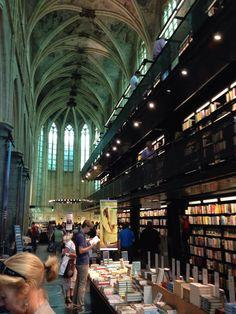 Boekhandel Polar Maastricht in de duidelijk gotische stijl van kerk tot boekhandel.