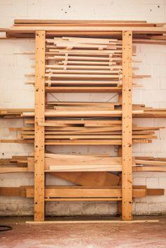 Neben Holz verwenden Uli und Felix auch viele andere Materialien wie Aluminium, Gurtbänder oder HPL. #furniture #shop #homestory #wood #interior #einkaufen #design #moebel #rohstoffdesign