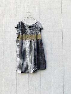looking for the perfect tunic to wear everyday - well this sweet artsy dress is great for playing in the city and then out to dinner or a concert in the park - made from cotton and jersey knit and pieced together in a funky kind of way that is very flattering to the body :) * color palette - black, gray and arm green *would look great with a pair of boots, leggings or over jeans SIZE - as is a Large - if you are smaller or larger and would love to have it i can adjust - let me know at…