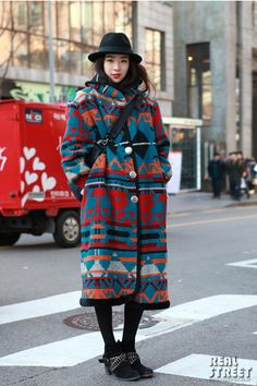 Model Irene Kim, her coat style. Image via Yes, Asian Street Asian Street Style, Street Style Blog, Korean Street Fashion, Asian Style, Asian Fashion, Fashion 101, Street Styles, Japanese Outfits, Korean Outfits