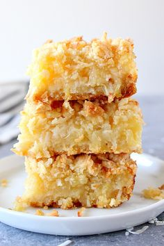 Pineapple Coconut Crumb Bars - easy, sweet and taste like tropical dessert. Crunchy coconut crumb topping and gooey pineapple filling make for irresistible combo! Kokos Desserts, Coconut Desserts, Coconut Bars, Coconut Recipes, Healthy Desserts, Fun Desserts, Healthy Recipes, Coconut Cheesecake, Coconut Squares Recipe