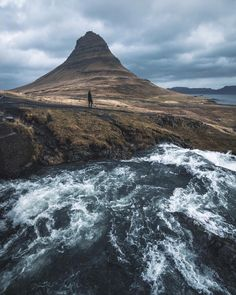 """228 Me gusta, 4 comentarios - Visuals Of Iceland (@visualsoficeland) en Instagram: """"Beautiful Kirkjufell.  by: @evolumina Follow @visualsoficeland for more incredible pictures of…"""""""