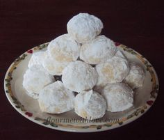 Flour Me With Love: Mexican Wedding Cookies. My favorite cookies at x-mas time. Cookie Desserts, Just Desserts, Cookie Recipes, Delicious Desserts, Dessert Recipes, Yummy Food, Cookie Tray, Cooking Cookies, Icing Recipes