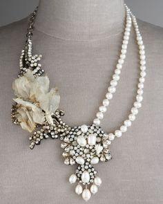 Koristeellinen hääkaulakoru. Beautiful wedding necklace with peals and an old brooch.