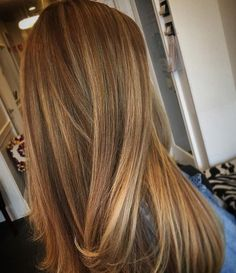 Gorgeous celebrities like Gisele Bundchen, Jessica Alba, and Beyonce (!) are famous for sporting honey blonde hair color. Below, we have compiled our top 30 ideas for styling your honey blonde hair color. Honey Blonde Hair Color, Blonde Color, Ash Blonde, Honey Colored Hair, Honey Brown Hair, Brown Curls, Blonde Ombre, Platinum Blonde, Ombre Hair