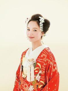 全体を大きなパートに分け、まとめた日本髪風スタイル。高さを出さないことでモダンな印象にまとめて。 ■お問い合わせ先 ハツコ エンドウウェデ...