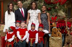 Cheeky elf's pose upstages first family's Christmas photo (Photo: Saul Loeb / AFP - Getty Images)