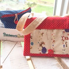 Conjunto en patchwork de bolso/funda de libreta y saquito de pinturas a juego. Mezclas de tejidos en linos y algodones.