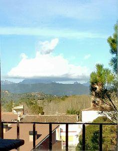 Montserrat amb núvol barret